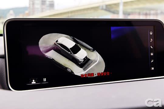 環景輔助功能有效減輕駕駛壓力,5米長的SUV開起來一點都不可怕。