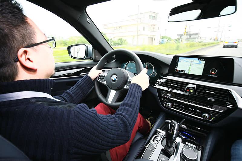 ▲半自動駕駛功能控鍵集中在方向盤左側,選配價格依車型不同約略在12萬元上下。
