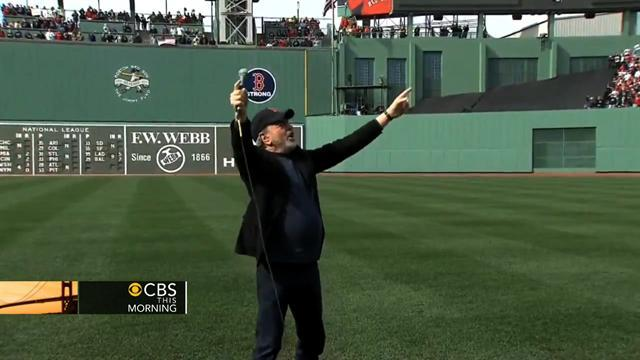 Neil Diamond leads Red Sox fans in