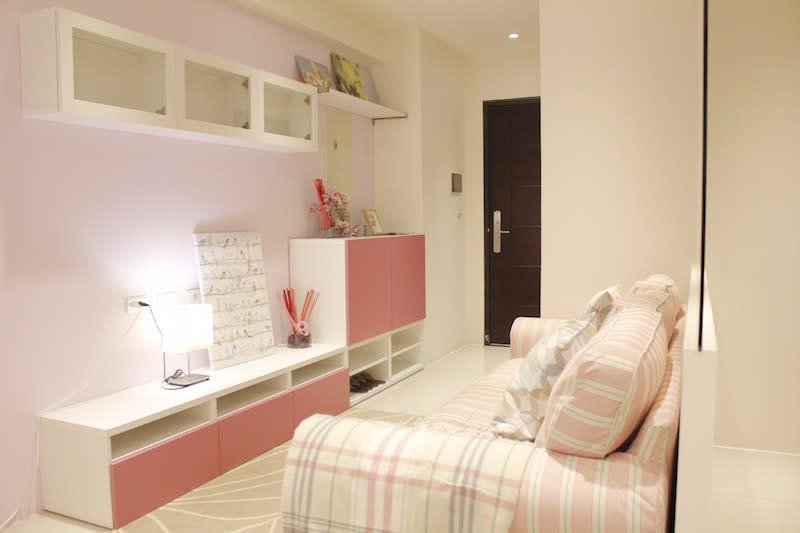 小資族房型,粉紅色設計,透過空間運用的巧思,還能規劃出主臥空間、沙發區、更衣室、書桌區。
