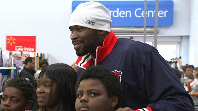 Israel Idonije, Chicago police take 200 kids holiday shopping