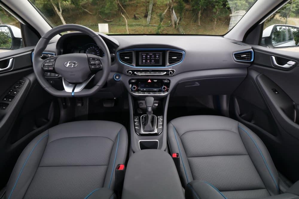 Hyundai向來強調的Modern Premium具體展現在Ioniq身上,所有控制按鍵採大型設計、標示簡潔清楚讓人瞬間找到相對應的控制