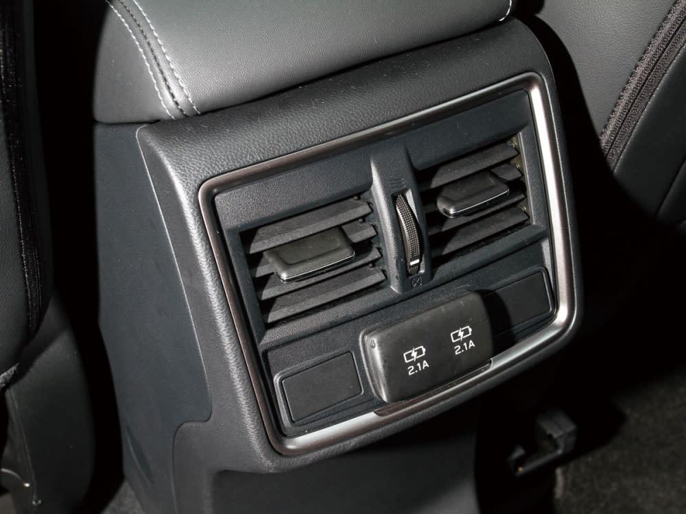 後座中央出風口下方配有兩組2.1A快充USB插孔。