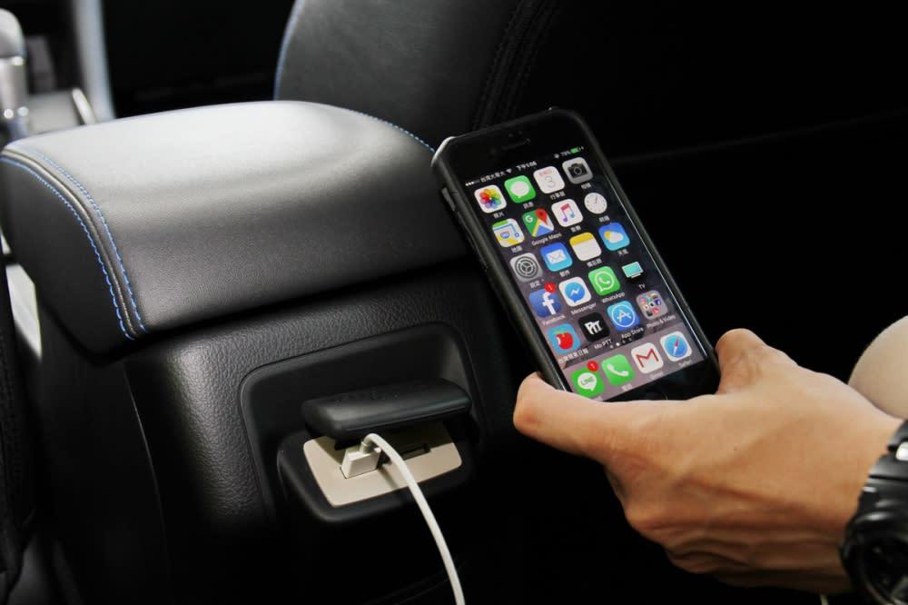 全車共有6個USB插孔,人手一機都能充電可說是相當貼心
