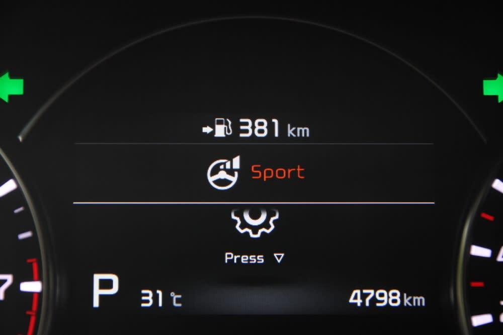 同時儀表中央資訊募也會顯示所選擇的方向盤回饋模式