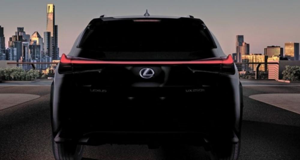Lexus 透過一段 UX 尾燈亮起的預告影片,對外宣布 UX 量產車將於 3 月 6 日現身日內瓦車展媒體日,其車尾的型號隱約看得出為 UX 250h。