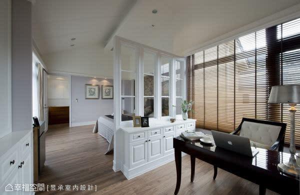 將床頭主牆向樓梯方向及向後位移,同時打開封牆露出原有的大面窗戶,回復了原建物應有的採光,木百葉窗及木格玻璃隔屏,創造出空間的光影變化與視覺層次。