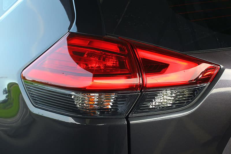 尾燈取消了鍍鉻飾框,看起來更加精煉有型。