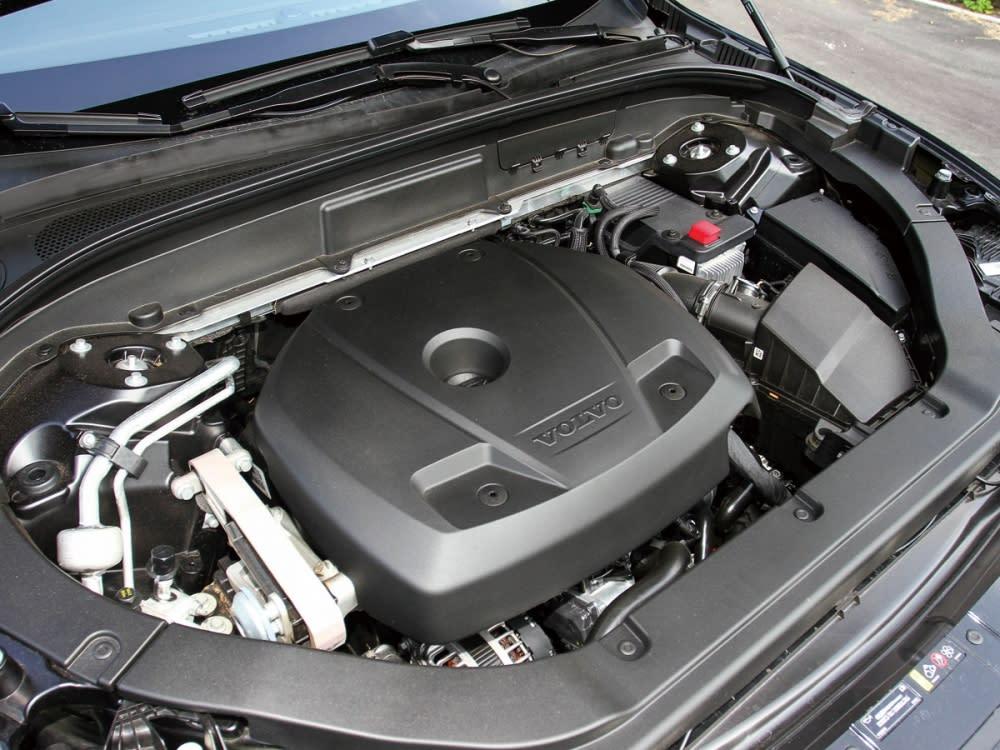 XC60 T5 R-Design採用2.0升直列四缸渦輪增壓引擎,能輸出254hp的最大馬力、最大扭力為35.7kgm,搭配Geartronic 8速手自排變速箱,從靜止加速至100km/h只要6.8秒。