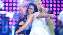 "Demi Lovato Twerks with Iggy Azalea ""Cool for the Summer"" 2015 MTV VMA Performan"