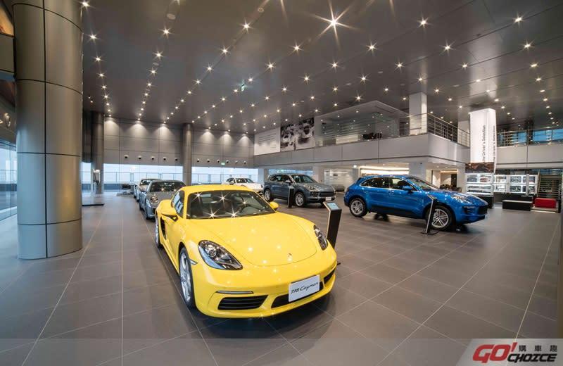 以德國原廠認證最高規格訂立領先業界嶄新標竿,全區以大面積落地窗環繞的一樓展示中心,不僅具備採光明亮的優點,寬敞舒適的空間更可展示20輛Porsche全新車款,為消費者提供最佳的賞車體驗。