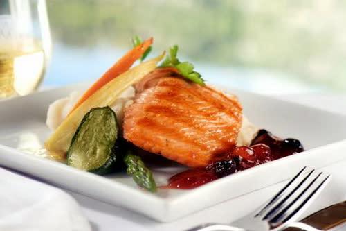 圖/列車上由專員送上精緻餐點,帶給旅客最難忘的饗宴(圖由近代旅行社提供)。