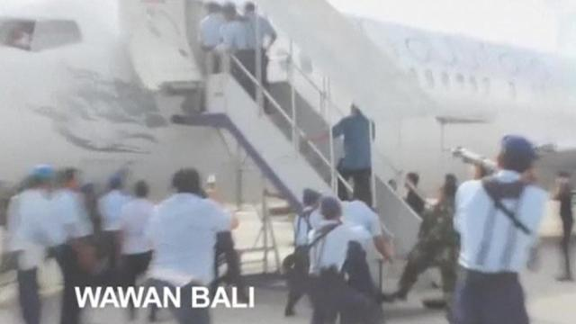 Amateur video shows Bali police boarding Virgin Australia plane during hijack scare