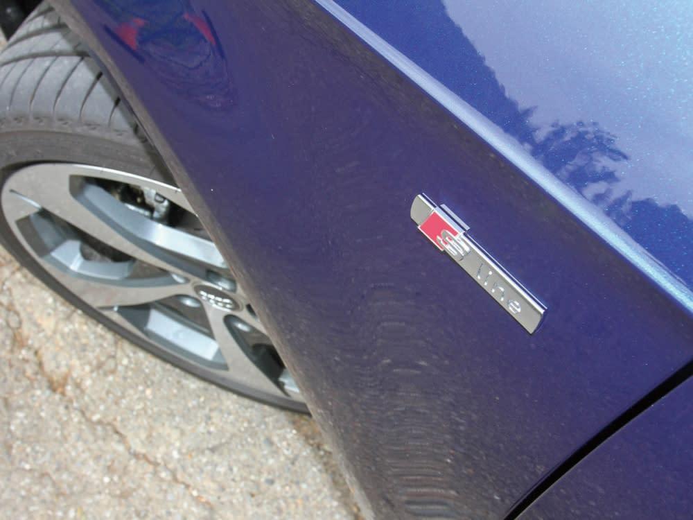 選配全車S line運動化套件後,葉子板處也鑲上特仕銘牌。