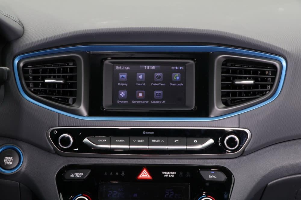 中央五吋觸控螢幕雖然不起眼,但藍芽串流、免持聽筒、倒車顯影(含轉向輔助)等機能卻是一應俱全
