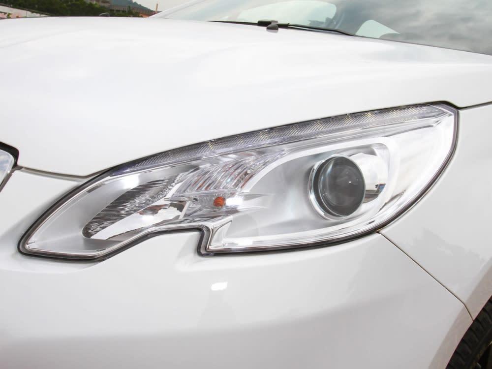 頭燈採用了不規則的造型,並整合LED日間行車照明系統。