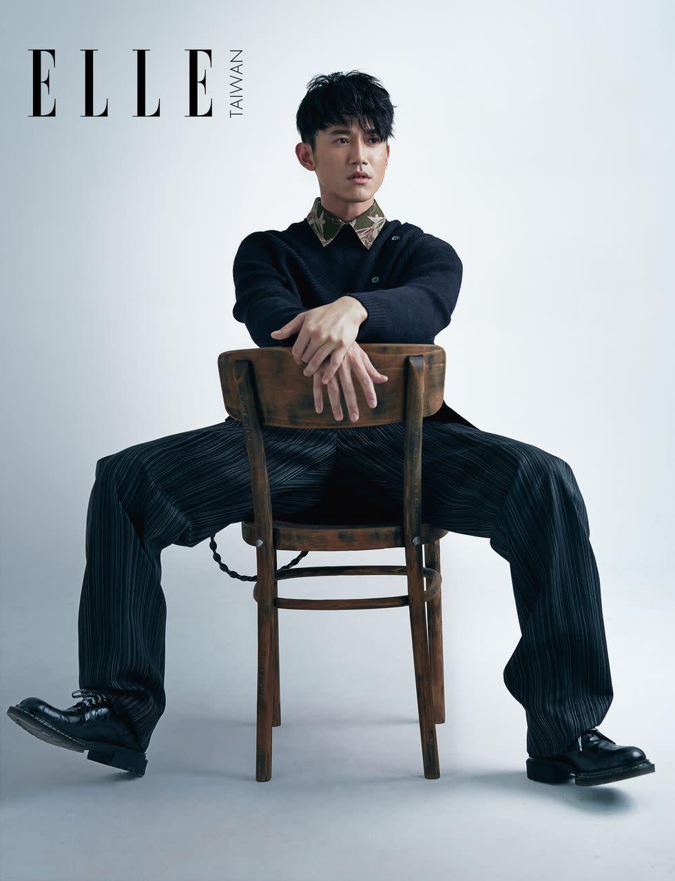 印花襯衫、針織毛衣(BOTH BY LANVIN);細條紋長褲、雕花綁帶皮鞋、黑色腰鍊(ALL BY DIOR HOMME)。