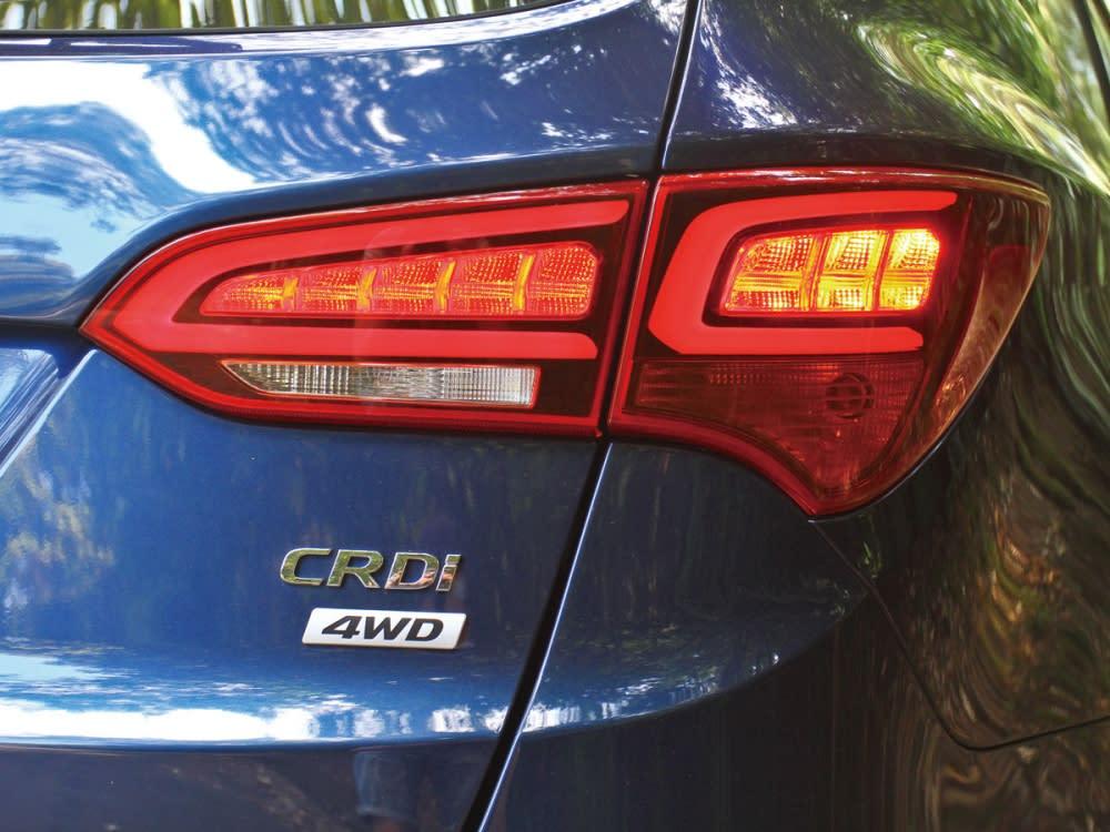 LED尾燈組內的導光條更改為雙C式樣,增添小改款車型的辨識性。