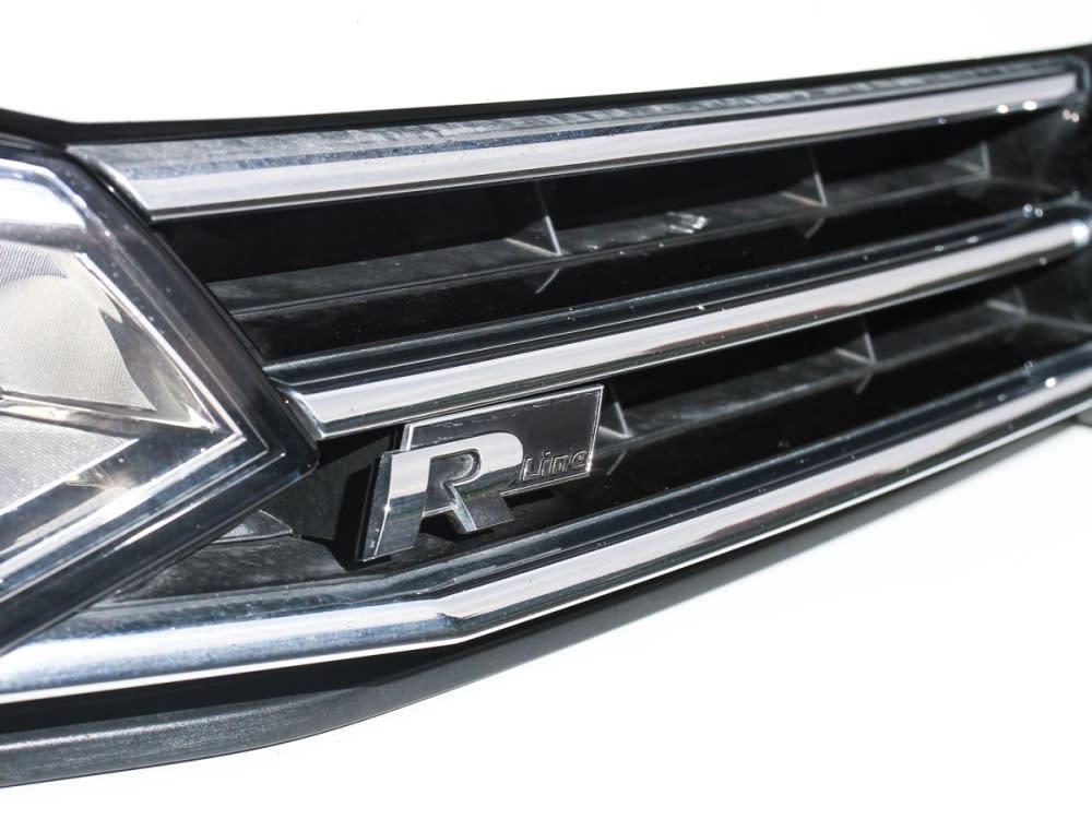 於水箱護罩右下角配有R-Line標章,使MPV車種不型也難。