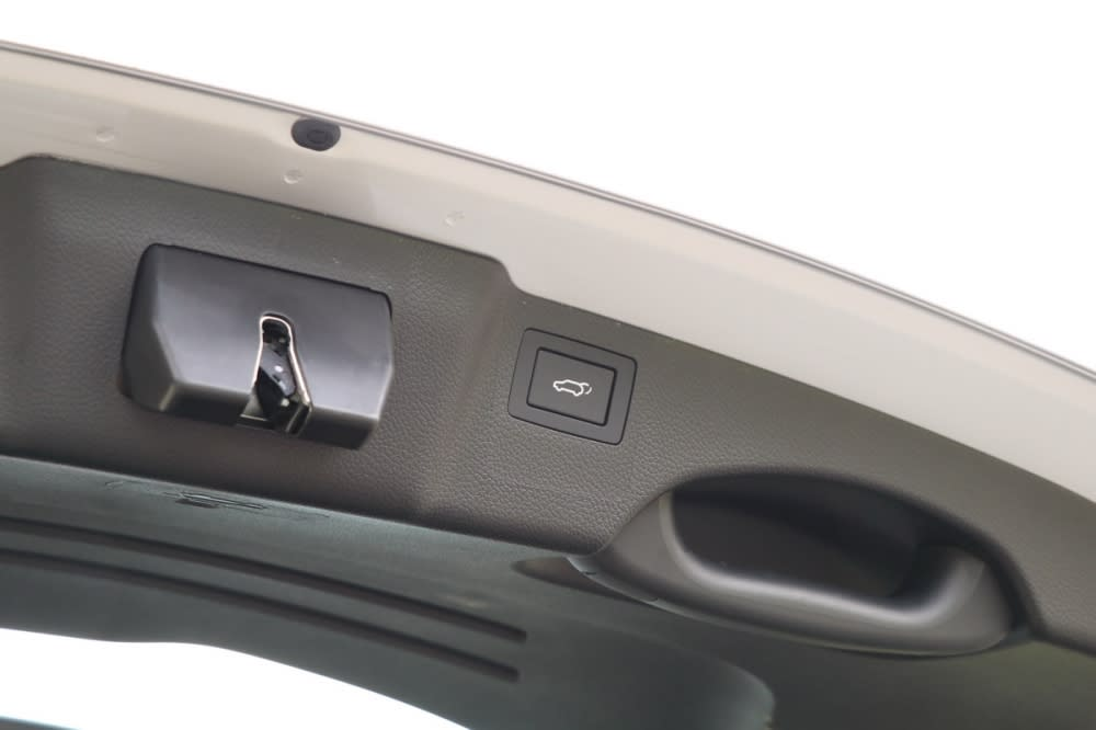 Santa Fe的電動感應尾門無須任何操作,僅需在上鎖狀態攜帶感應鑰匙站到尾門,約三秒鐘後即會自動開啟