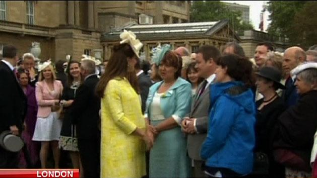Pregnant Kate attends garden party