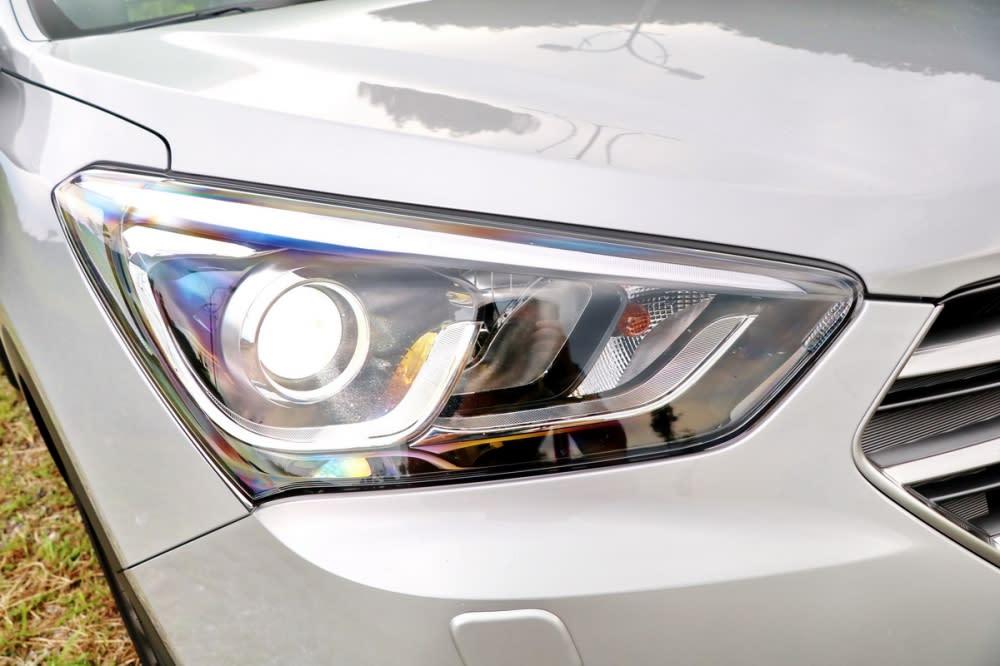 大燈造型並未有所更動,柴油菁英款與領袖款採用HID頭燈、其餘車型則為傳統鹵素頭燈
