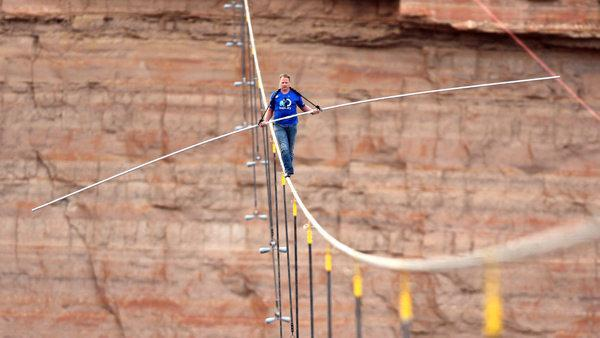 Nik Wallenda completes tightrope walk near Grand Canyon