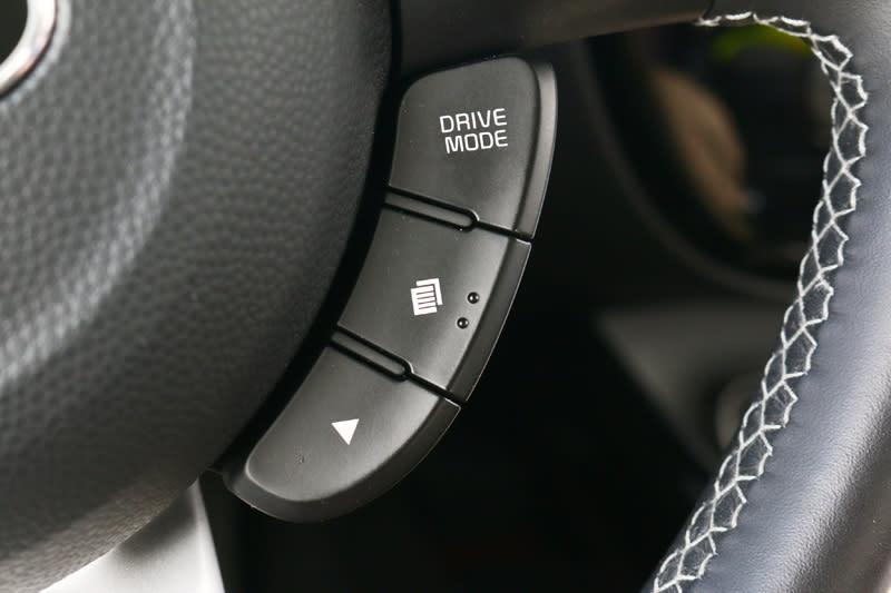它也附有Flex Steer™可變駕駛模式系統 ,有節能、一般、運動三種模式可選擇,切換鍵則設於方向盤右側。