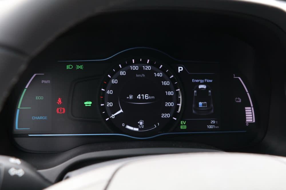 儀表中央七吋資訊幕切分為時速表與一旁行車資訊顯示幕,提供里程、油耗、行車電腦、動力輸出狀態、水溫、胎壓等豐富資訊
