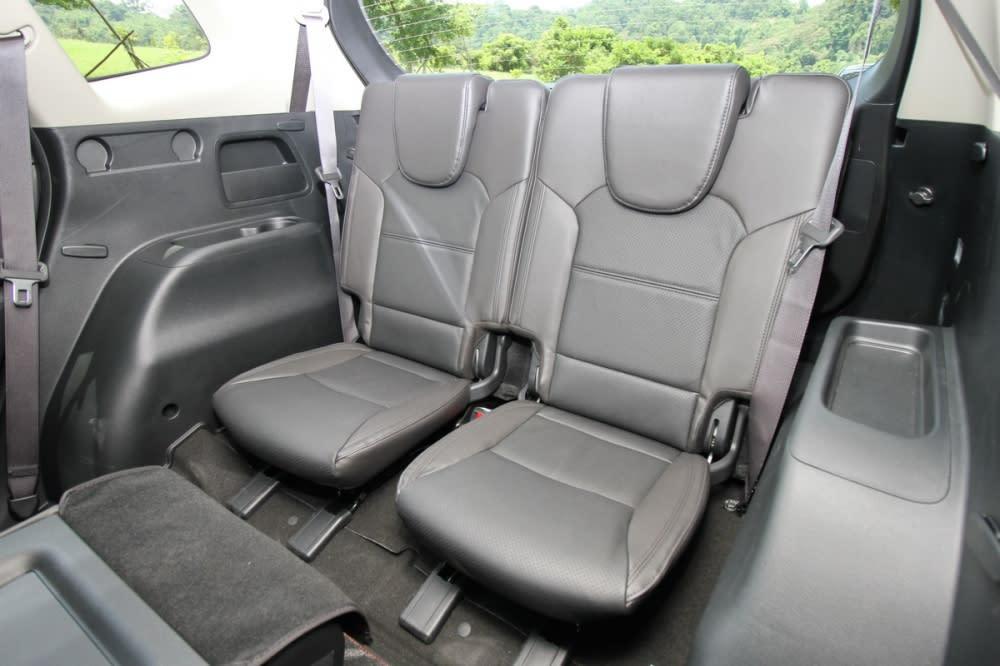 Carens畢竟屬於5+2座車型,第三排座椅比較適合小朋友乘坐,所以椅墊對成人來說偏短,但頭枕可調,兩側還有不錯的置物空間