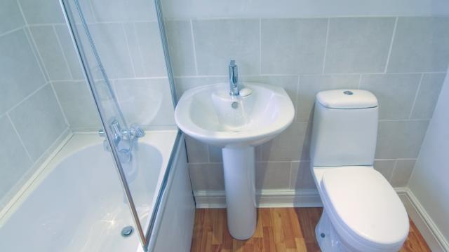 Five Money-Saving Tips for Cleaning the Bathroom