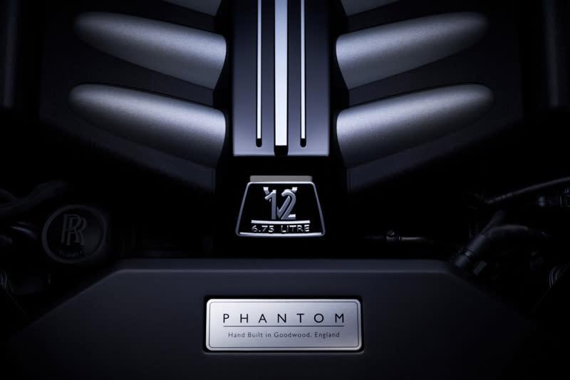 新一代Phantom搭載全新的6.75公升V12引擎,以雙渦輪增壓系統取代以往自然進氣配置,不僅最大馬力可達563bhp,峰值扭力更可在1700rpm時發揮900Nm水準。