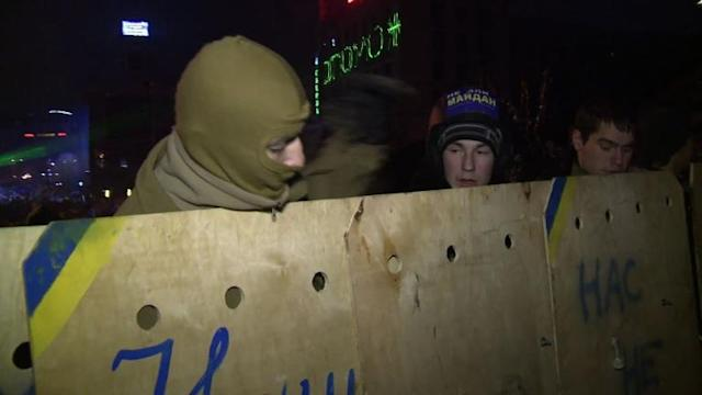 Protesters trained in self-defense to man Kiev barricades