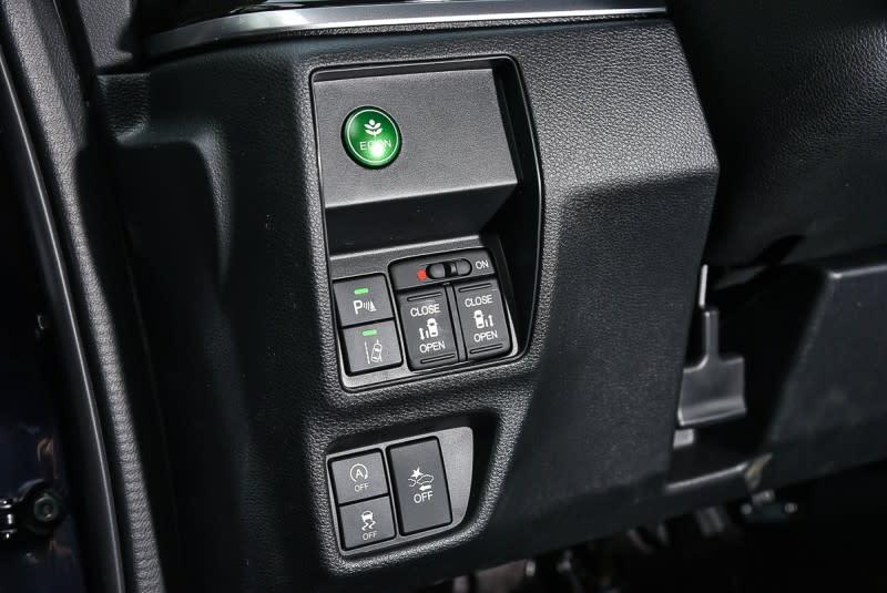 方向盤左下方有後滑門開關以及多項安全系統按鈕