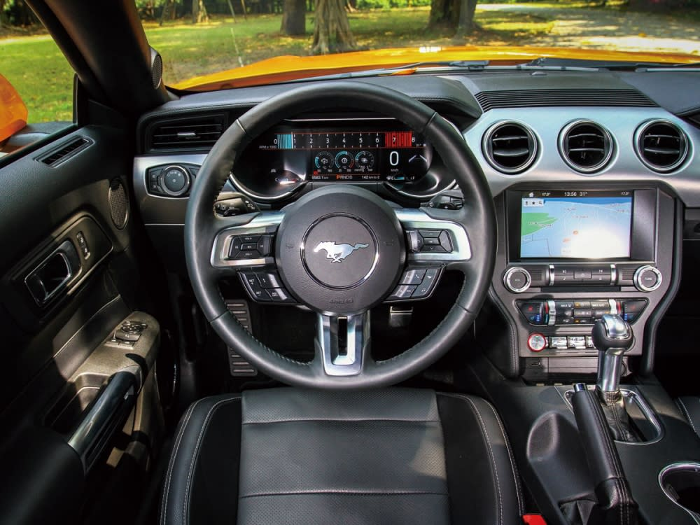 以飛翼式的中控台設計作為主軸布局,包含儀表與各種控制開關介面,都被巧妙安置在此飛翼線上,同時位於8吋彩色LCD觸控式螢幕下方,宛如飛機座艙的全新撥桿設計,也是中控介面的一大亮點。