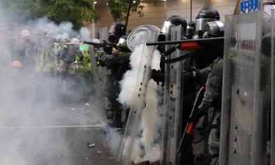 遭示威者包圍 香港警察開槍了