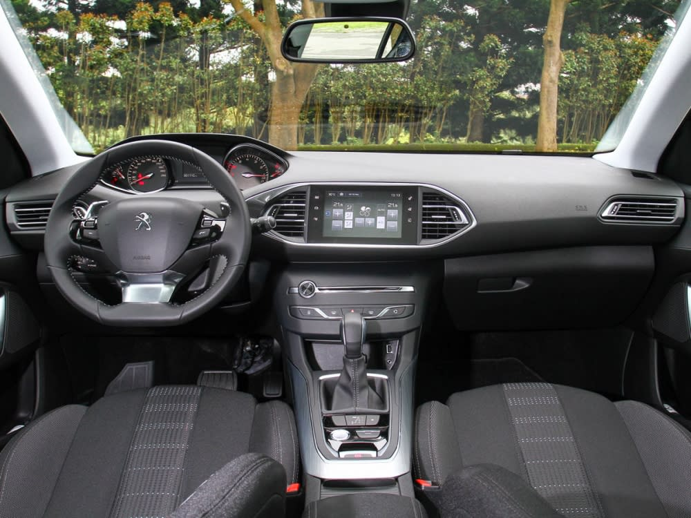 內裝一貫的法系風格,除了簡潔的配置外,i-Cockpit操作介面也相當前衛。