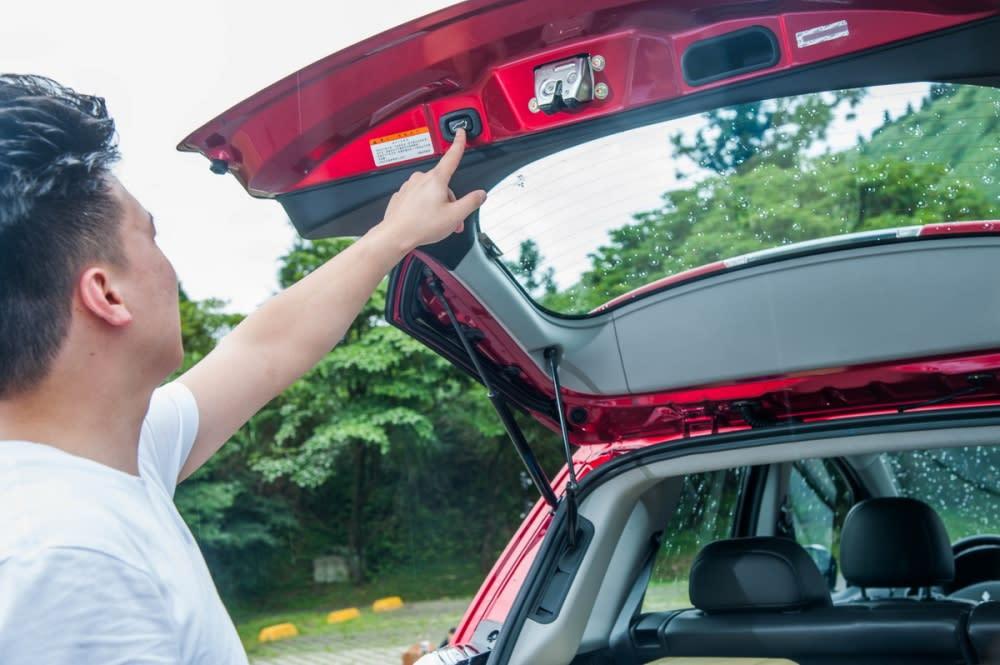 輕按下尾門上的開關,便會自動將尾門關起,更加方便實用