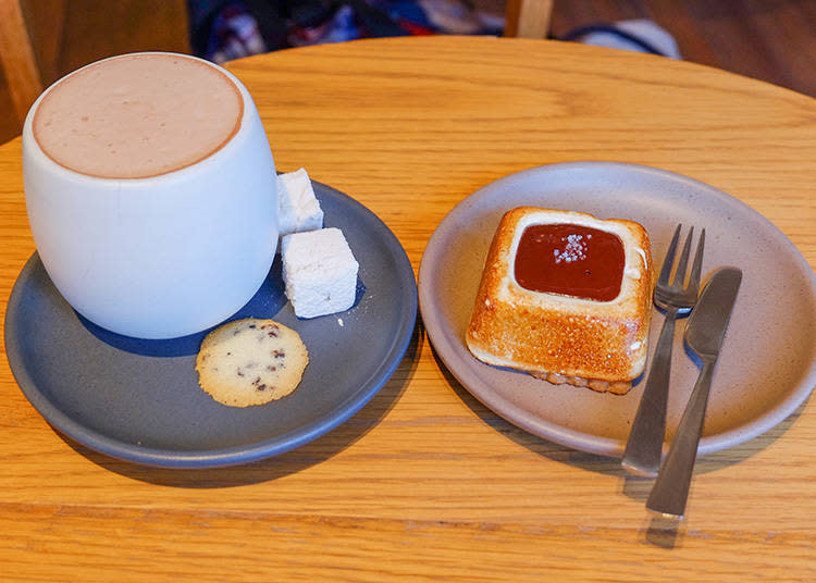左|KURAMAE HOT CHOCOLATE  630日圓/右|S'MORE  450日圓