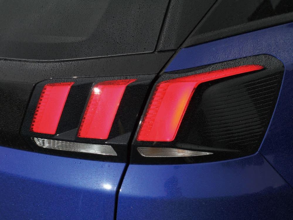 獅爪造型的尾燈組,為車尾畫上法式跑格品味。