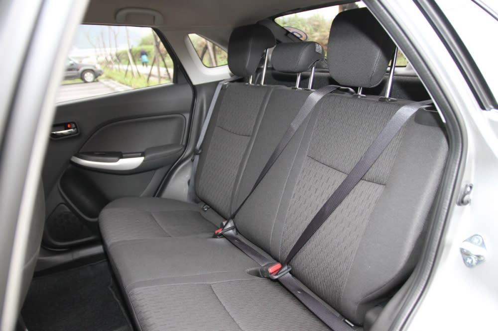 座椅材質為軟硬適中的高級織布