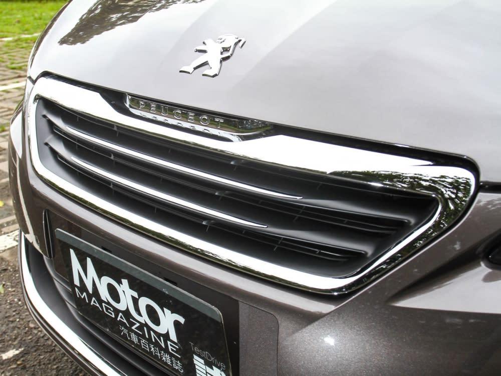 水箱護罩,採用了鍍鉻的外框飾條,中央則是採黑色與鍍鉻飾條雙色設計。