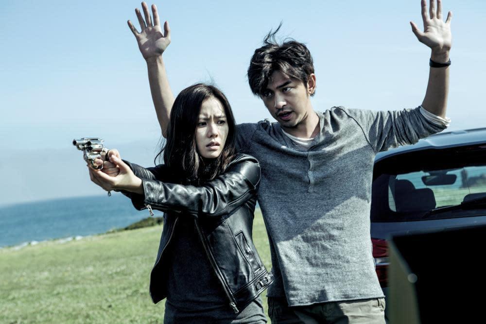 孫藝真(左)、陳柏霖主演的《壞蛋必須死》,由姜帝圭與中國導演馮小剛共同監製。(翻攝自Daum網站)
