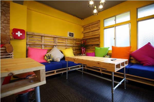 寬闊明亮的交誼廳空間(圖片來源/蜂巢膠囊旅店)