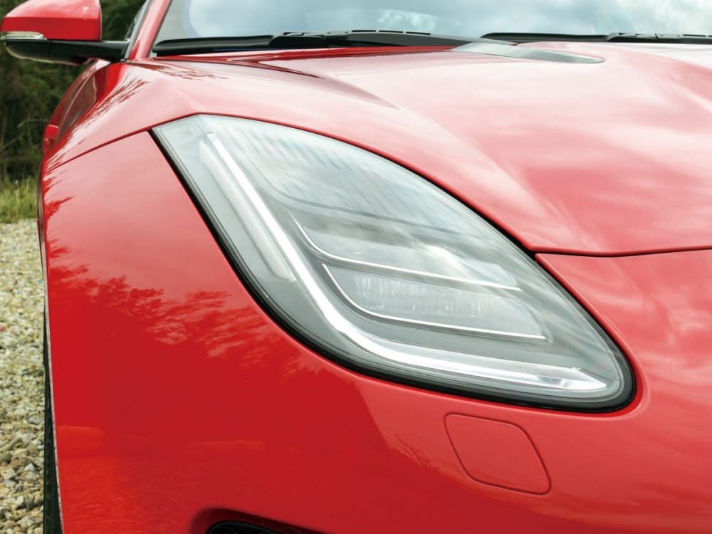 透過細部的修飾及LED大燈的搭配,讓車頭更具跑格氛圍