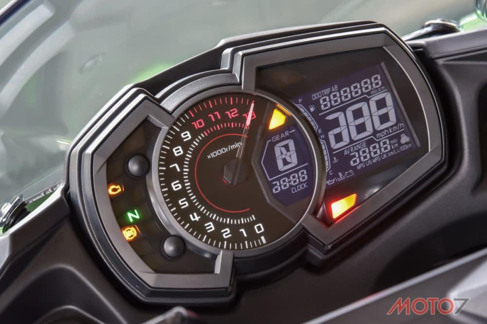 LCD附合式儀錶板。
