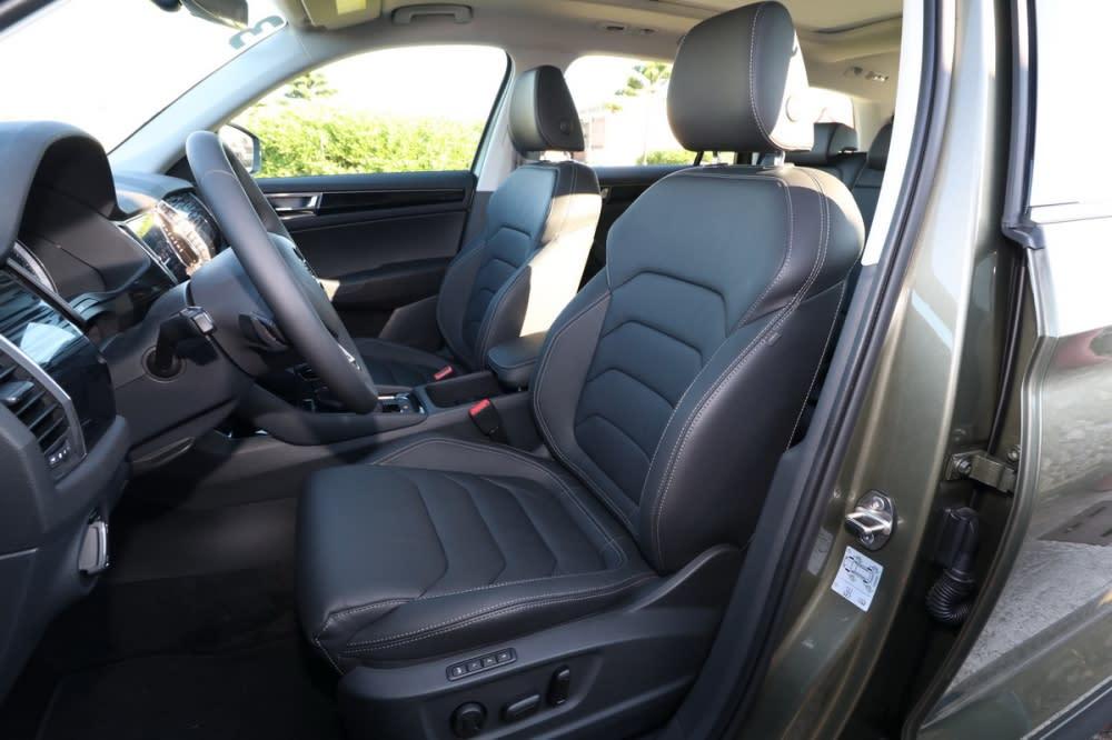 雙前座採電動調整、駕駛座具備三組記憶功能