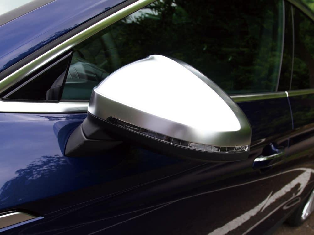 S車型專屬的霧銀車外後視鏡。
