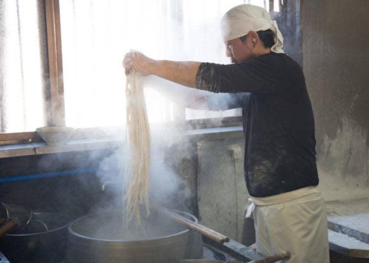 爽快地將剛手打製成的麵條丟入大鍋內煮。