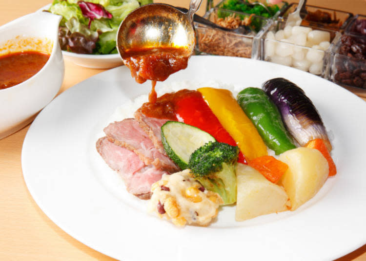 ▲附有葡萄乾及碎醃菜等六種調味菜的克拉克咖哩